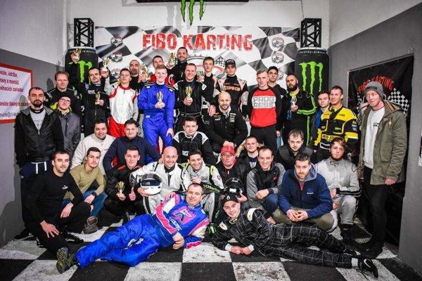 Spoločná fotografia účastníkov prvých pretekov seriálu 1H Endurance Race v novom roku.