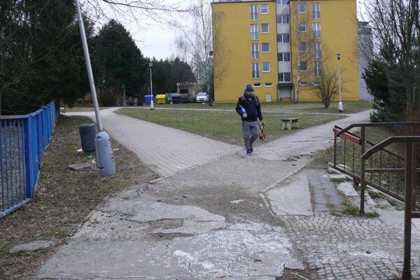 Viaceré chodníky sú na Ľadovni poškodené, niektoré z nich sa budú opravovať.