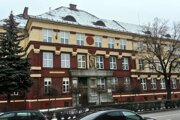 Počet žiakov vRužomberku na začiatku minulého storočia narastal, deti potrebovali nové priestory. Preto rokoch 1924 a1925 postavili na Dončovej ulici pre meštianska školu anovozriadenú Štátnu ľudovú školu novú účelovú budovu.