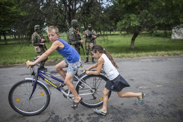 Bobovyšče je malá dedinka neďaleko západoukrajinského Mukačeva. Do dediny prišli ukrajinskí vojaci v kuklách. Nie všetci mali rovnaké uniformy, niektorí vyzerali skôr ako nelegálni ozbrojenci, než príslušníci regulárnej armády. VLesoch nad dedinou sa skývali príslušníci Pravého Sektora.