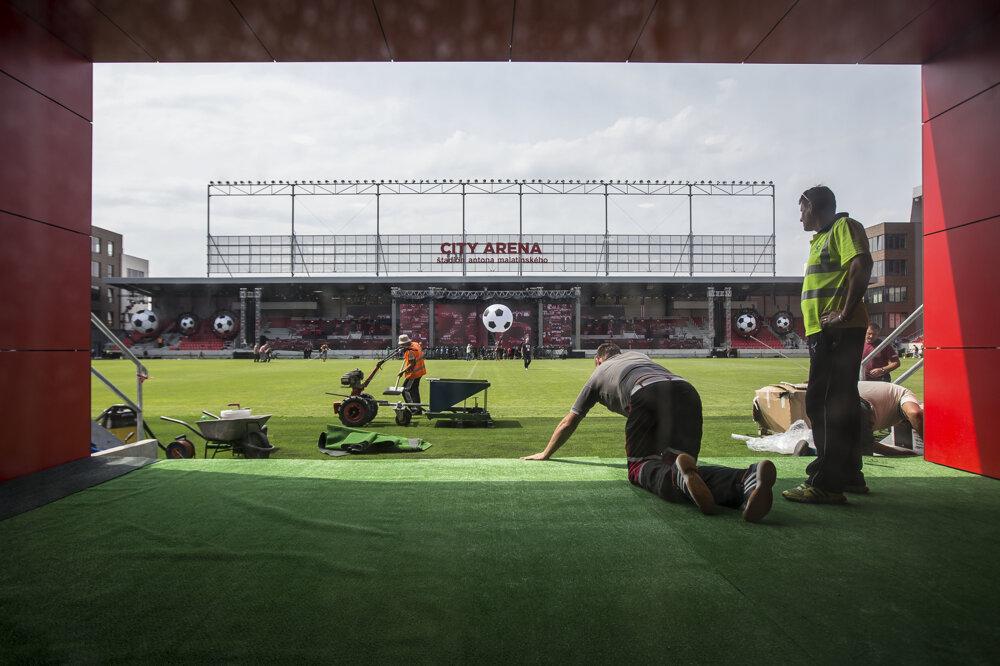 Otvorenie futbalového štadióna vTrnave. Kým na tribúne rečnili, za dverami ešte lepili koberec.