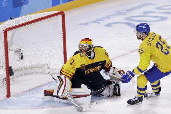 Švéd Viktor Stalberg strieľa úvodný gól zápasu.