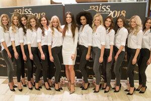 Dvanásť finalistiek s riaditeľkou súťaže Karolínou Chomistekovou.
