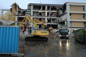 Štefániková ulica bude naďalej uzavretá z bezpečnostných dôvodov pre búracie práce na objekte niekdajšieho obchodného domu.
