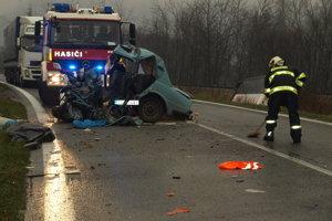 TVRDOŠÍN, november 2010. Tridsaťdeväťročný vodič škodovky v ostrej zákrute čelne nabúral do autobusu. Z auta zostala kopa šrotu, on silnú zrážku neprežil.