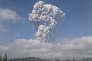 Erupcia sopky Sinabung na indonézskom ostrove Sumatra.