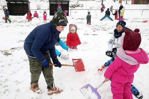 Deti si vytváranie snehových sôch naplno užívali.