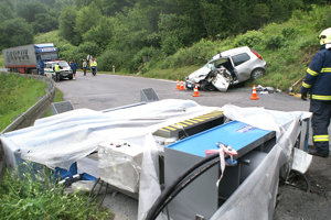 ORAVSKÝ PODZÁMOK, júl 2007. Jedno i druhé auto, malý Fiat Punto, vracajúci sa domov do Talianska, i nákladiak Mercedes, idúci z Turecka, prešli stovky, možno tisíce kilometrov. Osud chcel, aby sa v piatok 6. júla o 17.15 h stretli v jednej zákrute pri Oravskom Podzámku. Sedemtonový hydraulický lis sa v ten okamih zosunul z návesu a - dopadol na osobné auto. Vodička osobného auta neprežila.