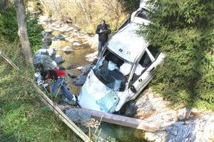 ZÁZRIVÁ, október 2006. Vozidlo vyletelo z cesty prechádzajúc pravotočivou zákrutou, preletelo ponad potok, zapichlo sa do skalnatého protisvahu, niekoľkokrát sa prevrátilo. O život prišiel 21-ročný Michal zo Zázrivej.