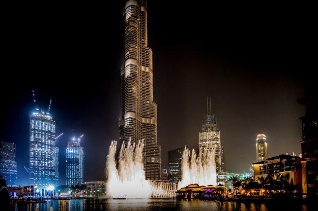 Dubajská fontána pred Burj Khalifa