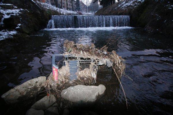 V rieke sa nachádza dokonca aj nákupný vozík.