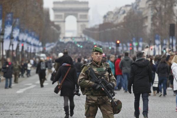 Francúzsky vojak hliadkuje na Champs Elysees v Paríži.