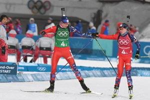 Paulína Fialková (vpravo) odovzdáva štafetu Anastasii Kuzminovej v pretekoch zmiešaných štafiet.