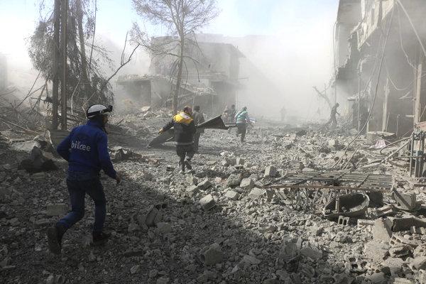 Dobrovoľníci z organizácie Biele prilby v Ghúte na okraji Damasku, ktorú zničil ďalší nálet provládnych síl.