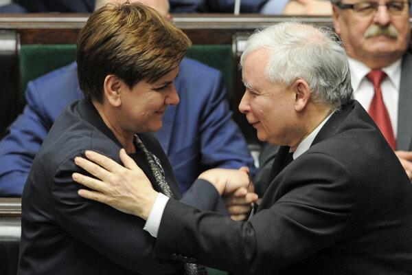 Premiérka Beata Szydlová a predseda PiS Jaroslaw Kaczynski.