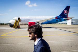 Minister vnútra Robert Kaliňák pred airbusom vládnej letky.