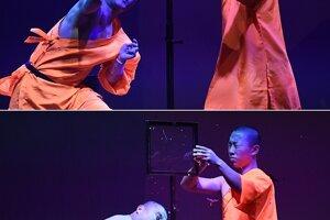 Počas ich predstavení majú diváci možnosť vidieť telesné a mentálne cvičenia prepracované do najvyššieho majstrovstva a dokonalosti. Na kombinovanej snímke šaolinský mních hádže ihlu cez tabuľku skla, ktorá prepichla balónik.