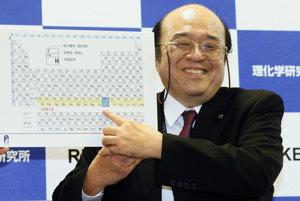Kosuke Morita ukazuje na prvok číslo 113 v dokončenom siedmom riadku periodickej tabuľky.