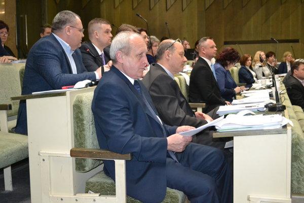 Humenskí poslanci. Na rokovaní schválili prenájom parcely v Priemyselnom parkuGuttmanovo pre nového investora.