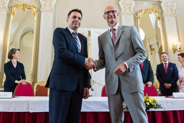 Výkonný riaditeľ Deutsche Telekom AG Timotheus Höttges a minister financií SR Peter Kažimír počas podpisu zmluvy o odpredaji 49 percent akcií Slovak Telekomu do rúk Deutsche Telekomu.