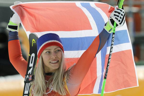 Nórka Ragnhild Mowinckelová oslavuje striebornú medailu v zjazde.