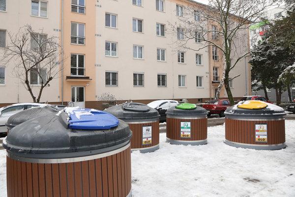 V poradí štvrté stanovište s piatimi nádobami je na Družicovej ulici. Najväčšou výhodou je estetický vzhľad stojiska.