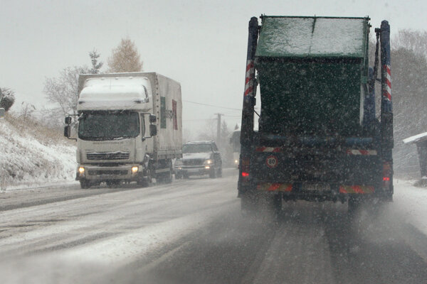 Vonku momentálne husto sneží, pozor by si mali dávať najmä vodiči.