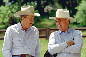 Ronald Reagan smichailom Gorbačovom na kalifornskom ranči vroku 1992. Do Košíc však Gorbačov nepríde.