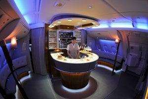 Bar na palube Airbusu A380 spoločnosti Emirates.