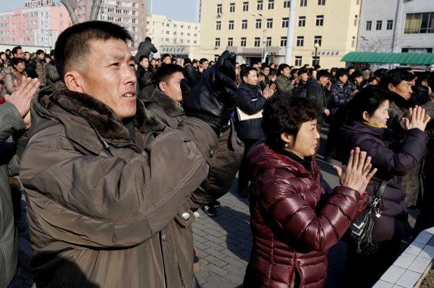 Oznámenie o úspešnom teste sledovali jasajúce skupiny ľudí na veľkoplošnej obrazovke v Pchjongjangu.