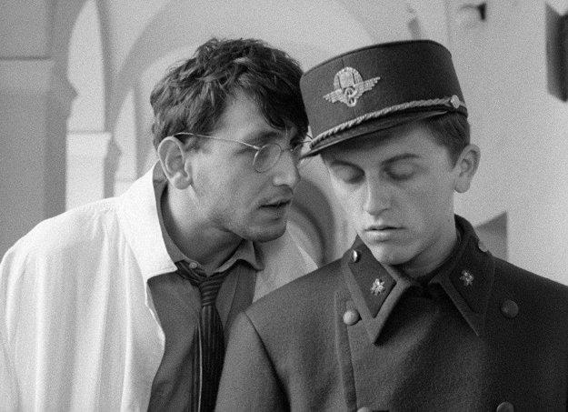 Ostro sledované vlaky (1966). Príbeh z obdobia protektorátu nakrútil Jiří Menzel podľa rovnomennej Hrabalovej novely a aj si v ňom zahral. V roku 1968 získal Oscara za najlepší cudzojazyčný film. Americký týždenník Time ho zaradil do stovky najlepších filmov všetkých čias.