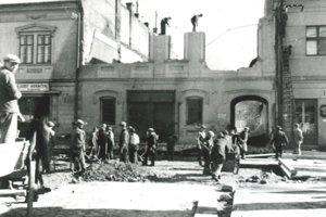 Búranie Fábryovského domu, aby sa otvorila zahataná cesta.
