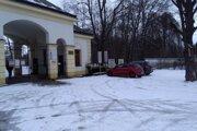 Parkovisko pri Budatínskom zámku.