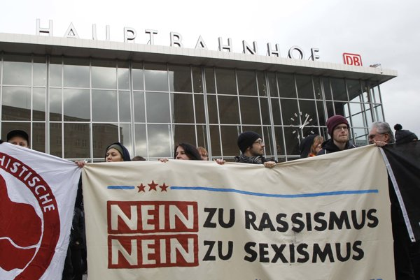 Proti spájaniu útokov s rasizmom v Kolíne protestovali aktivisti.