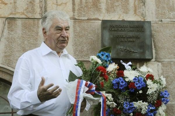 Anton Srholec pri pamätnej tabuli obetiam invázie okupačných vojsk v auguste 1968 na Hlavnej pošte v Bratislave.