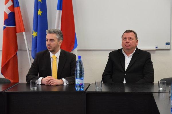 Na výjazde. Župan Trnka (vľavo) cestuje po kraji.