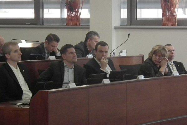 Poslanci rozhodli o čiastočnom obmedzení kompetencií županovi.
