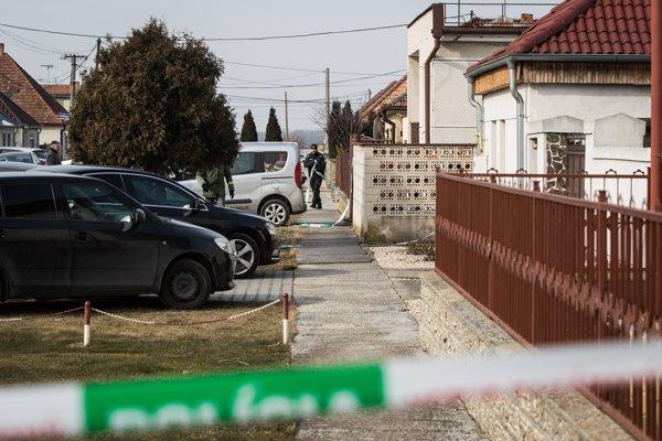 V obci Veľká Mača pri Galante našli zastreleného novinára Jána Kuciaka a jeho priateľku.