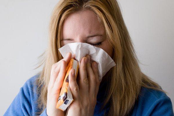 Symptómy choroby sa nás snažia držať ďalej od iných ľudí.