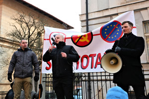 Milan Mazurek a účastníci protestu proti politickému procesu s poslancom NR SR na Námestí slobody v Banskej Bystrici.