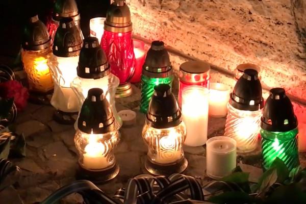Pred radnicou na Mariánskom námestí horia sviečky.