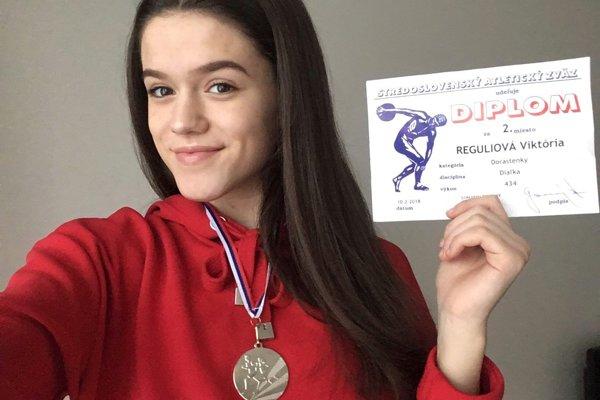 Viktória Reguliová so striebornou medailou.