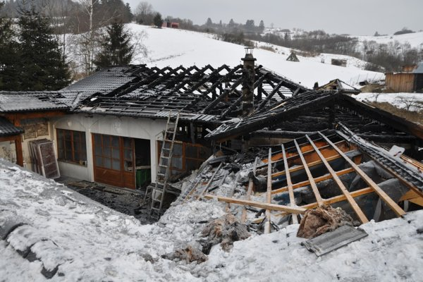 Oheň sa rozhorel pod strechou.
