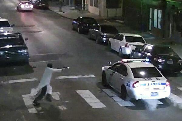 Edward Archer útočí na policajné auto.