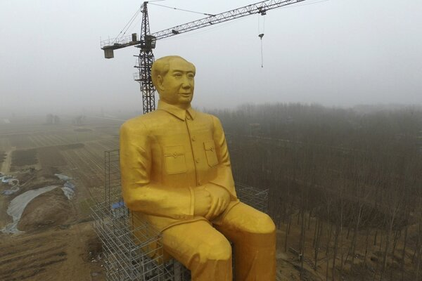 Maova socha vysoká 36,6 metra.