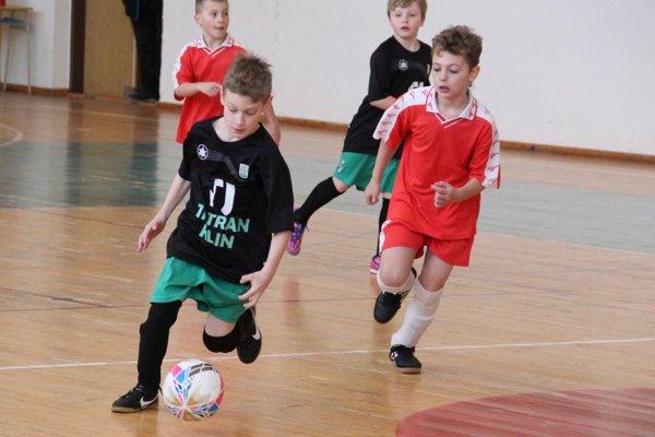Chlapci z Klina (v čiernych dresoch) všetkých prekvapili a stali sa víťazom turnaja.