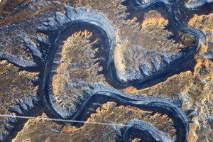 A: Rieka Green v americkom Utahu sa stáča sama k sebe a vytvára tak jav známy ako Bowknot Bend (Mašličkový oblúk).