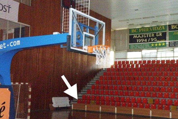 Výherkyňa získala VIP miesto za košom, v dolnom rade pri stene.