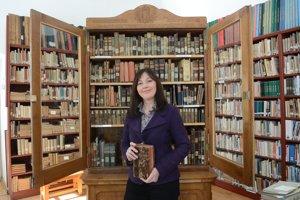Riaditeľka knižnice Soňa Jakešová. Táto vitrína je plná tých najvzácnejších kníh.