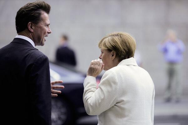 Nemecká kancelárka Angela Merkelová a hovorca vlády Steffen Seibert